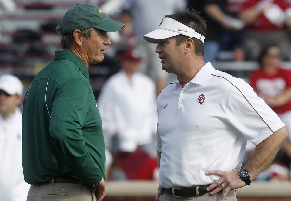 Photo -   Oklahoma head coach Bob Stoops, right, and Baylor head coach Art Briles, left, talk before the start of their NCAA college football game in Norman, Okla., Saturday, Nov. 10, 2012. (AP Photo/Sue Ogrocki)