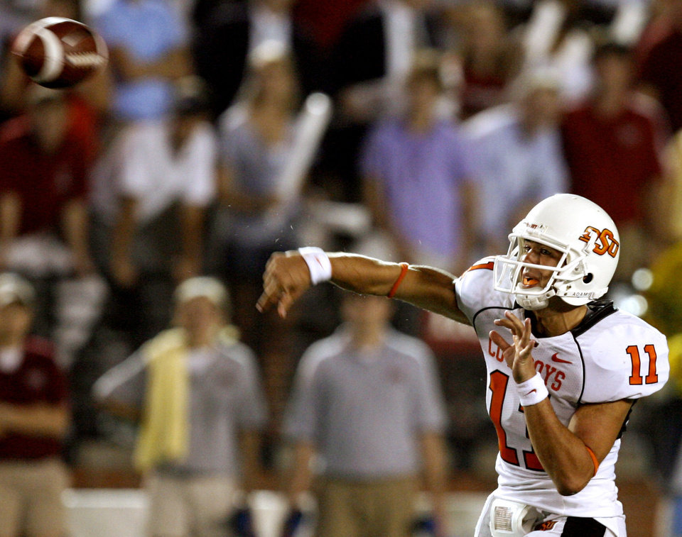 Photo - OSU quarterback Zac Robinson throws a pass in the second half during the college football game between the Troy University Trojans and the Oklahoma State University Cowboys at Movie Gallery Veterans Stadium in Troy, Ala., Friday, September 14, 2007. BY MATT STRASEN, THE OKLAHOMAN