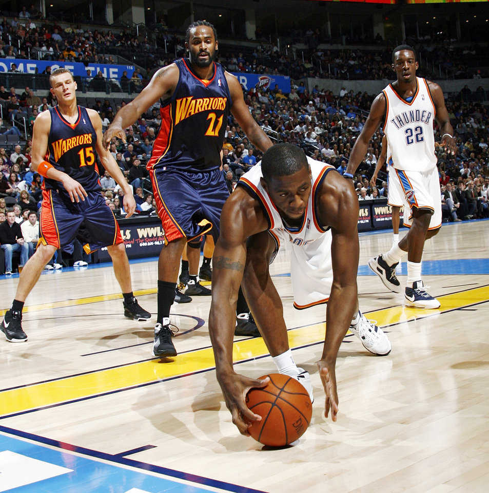 Oklahoma City's Desmond Mason (34) tries to save the ball from going out of bounds in front of Jeff Green (22) and Golden State's Andris Biedrins (15) and Ronny Turiaf (21) in the second half during the NBA basketball game between the Golden State Warriors and the Oklahoma City Thunder at the Ford Center in Oklahoma City, Monday, December 8, 2008. Golden State won, 112-102.  BY NATE BILLINGS, THE OKLAHOMAN