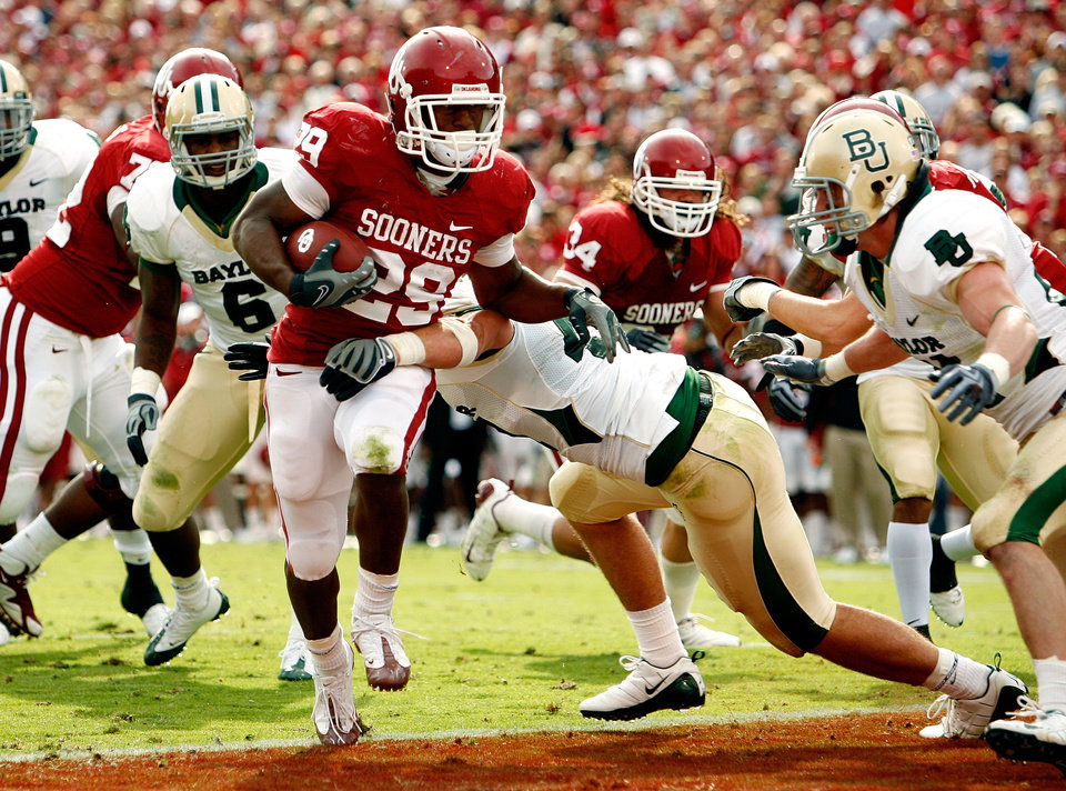 Photo - Chris Brown scores during the first half of the college football game between The University of Oklahoma Sooners (OU) and the Baylor Bears at the Gaylord Family-Oklahoma Memeorial Stadium on Saturday, Oct. 10, 2009, in Norman, Okla.