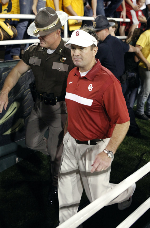 Photo - Sooner head coach Bob Stoops leaves the field after the college football game in which the University of Oklahoma Sooners (OU) was defeated 45-38 by the Baylor Bears (BU) at Floyd Casey Stadium on Sunday, Nov. 20, 2011, in Waco, Texas.   Photo by Steve Sisney, The Oklahoman