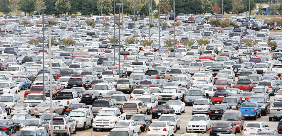 Photo - A sea of cars fills a parking lot at Will Rogers World Airport. PHOTO BY Paul B. Southerland, OKLAHOMAN ARCHIVE
