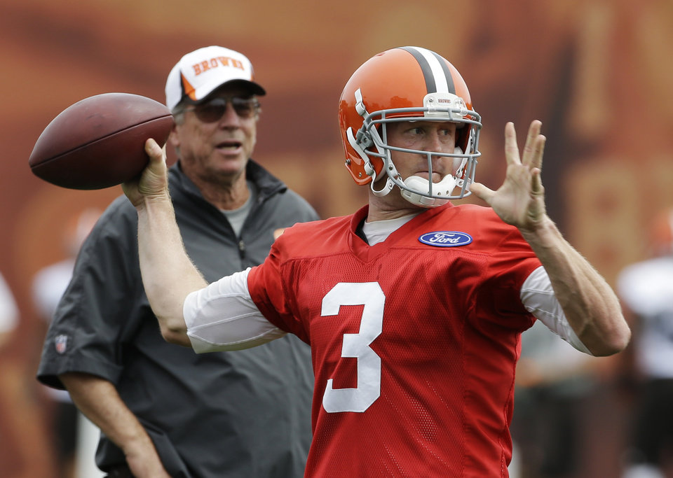Cleveland Browns quarterback Brandon Weeden (3) passes as offensive coordinator Norv Turner watches during practice at the NFL football team's facility in Berea, Ohio Monday, Aug. 26, 2013. (AP Photo/Mark Duncan) ORG XMIT: OHMD102