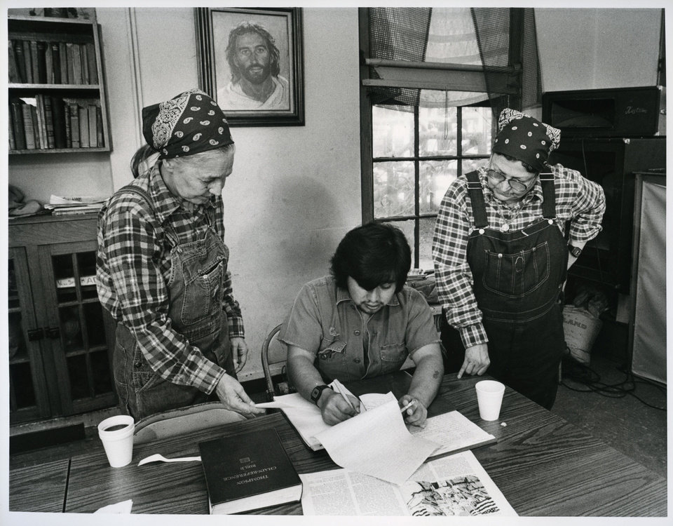 Photo - Jesus House co-founder Betty Adams talks with Richard Wong Garcia and Jesus House co-founder Ruth Wynne in this 1985 photograph.   DAVID MCDANIEL - STAFF