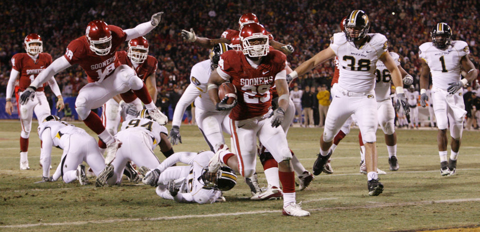 Photo - Oklahoma's Chris Brown (29) run into the end zone for a touchdown during the first half of the Big 12 Championship college football game between the University of Oklahoma Sooners (OU) and the University of Missouri Tigers (MU) on Saturday, Dec. 6, 2008, at Arrowhead Stadium in Kansas City, Mo. 