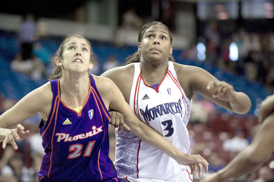 Photo - WNBA BASKETBALL: Sacramento Monarchs rookie Courtney Paris and Brooke Smith of the Phoenix Mercury battle for the ball after a free throw during the first half of their game at Arco Arena on Wednesday, May 27, 2009. The Monarchs lost 74-70. PHOTO PROVIDED BY THE SACRAMENTO BEE. ORG XMIT: 41090