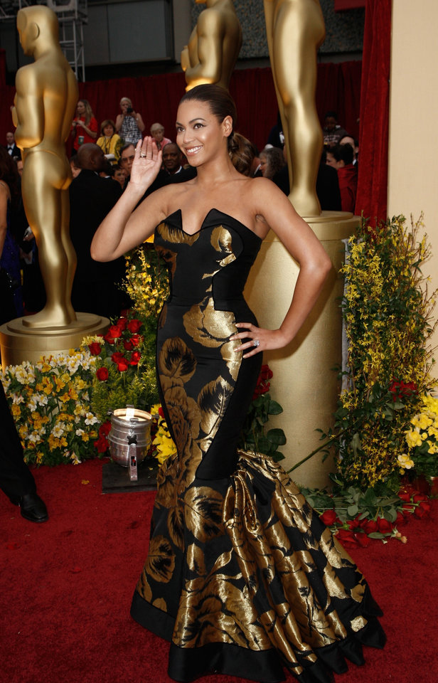 Photo - ** LINDA MILLER'S COMMENTARY:     It's fitting that she posed by the statuettes. The gown is too bold. At least she didn't accessorize.  ** Actress and singer Beyonce Knowles arrives for the 81st Academy Awards Sunday, Feb. 22, 2009, in the Hollywood section of Los Angeles. (AP Photo/Matt Sayles) ORG XMIT: CAES122