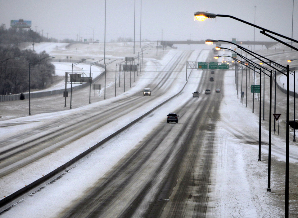Photo - Cars are scarce on I-35 in Edmond, OK, Friday, Jan. 29, 2010. By Paul Hellstern, The Oklahoman