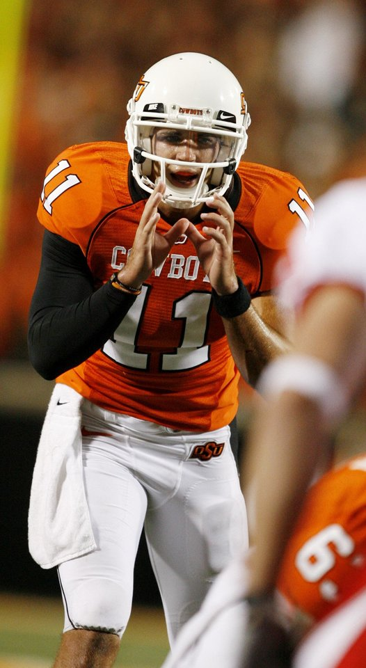 Photo - Quarterback Zac Robinson calls signals during the Oklahoma State University (OSU) college football game with the University of Houston (UH) at Boone Pickens Stadium Saturday Sept. 6, 2008 in Stillwater, Okla. BY SARAH PHIPPS, THE OKLAHOMAN. ORG XMIT: KOD