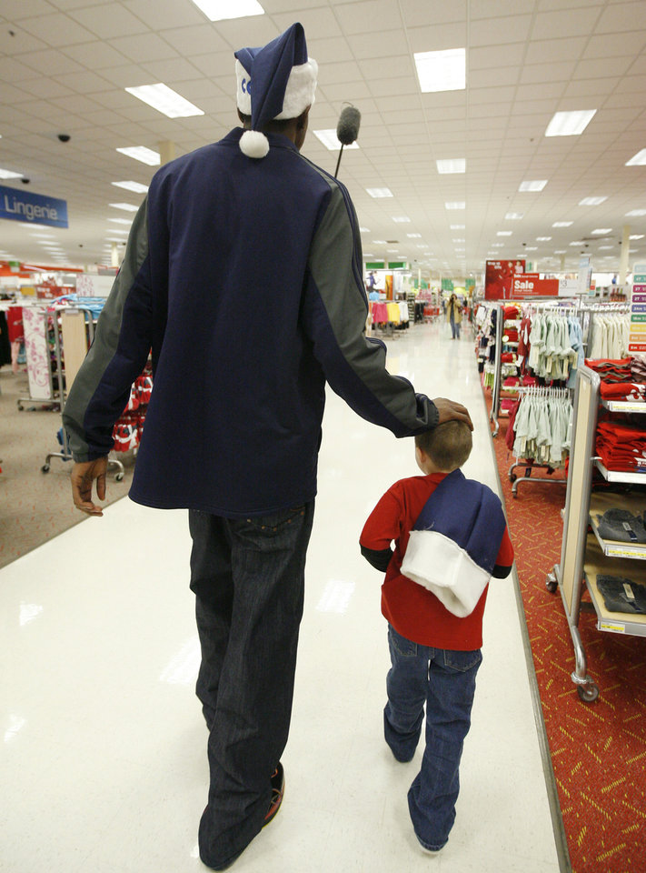 Photo - NBA BASKETBALL TEAM / CHARITY / CHRISTMAS: Kevin Durant of the Oklahoma City Thunder helps Jacob Franks, 6, shop during a shopping spree at Target in Oklahoma City, Tuesday, Dec. 9, 2008. BY BRYAN TERRY, THE OKLAHOMAN ORG XMIT: KOD