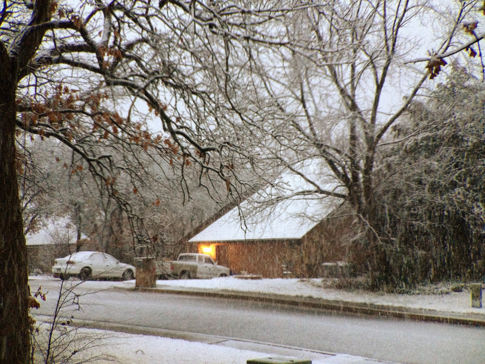 Photo - Snow in Edmond Wednesday morning. Photo by Doug Hoke, The Oklahoman