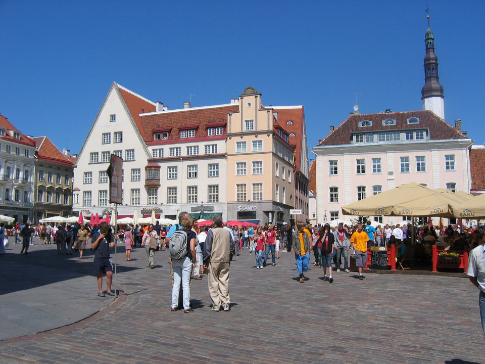 Photo - ESTONIA: Visitors gather at Town Hall Square in Tallin. BY CHARLIE PRICE, FOR THE OKLAHOMAN ORG XMIT: 0710251805070220