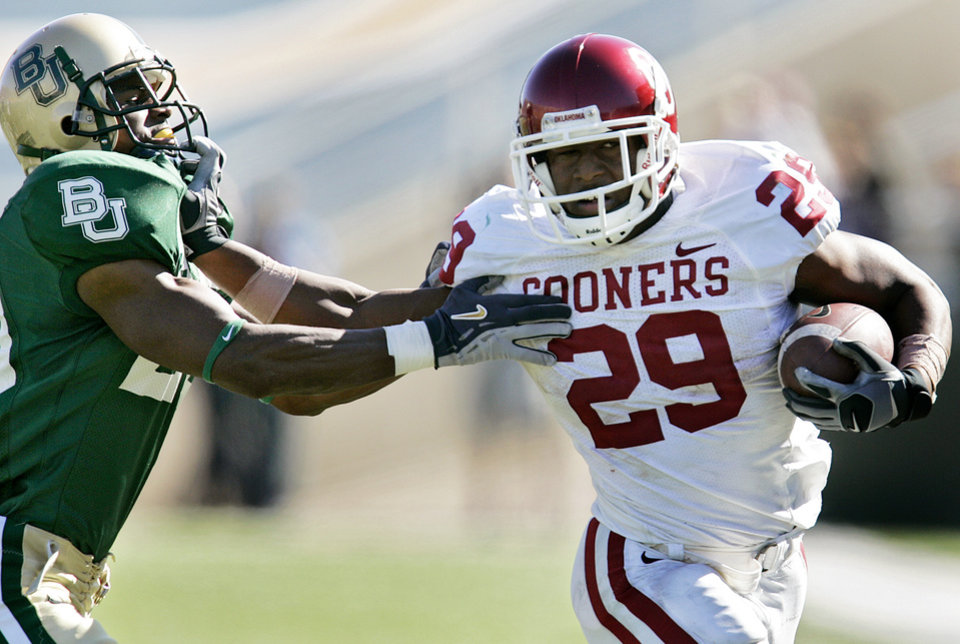 Photo - Oklahoma's Chris Brown (29) stiff arms Baylor's Alton Widemon (20) in the second half during the University of Oklahoma Sooners (OU) college football game against Baylor University Bears (BU) at Floyd Casey Stadium, on Saturday, Nov. 18, 2006, in Waco, Texas.     by Chris Landsberger, The Oklahoman