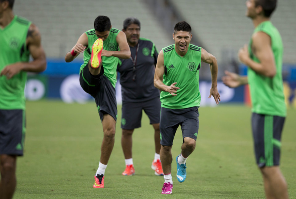 Photo - Mexico's Oribe Peralta, second right, trains during an official training session the day before the group A World Cup soccer match between Brazil and Mexico, at the Arena Castelao in Fortaleza, Brazil, Monday, June 16, 2014.  (AP Photo/Eduardo Verdugo)