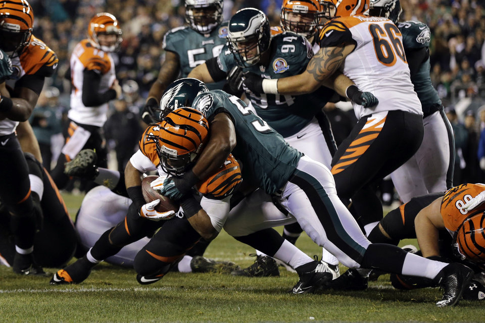 Cincinnati Bengals\' BenJarvus Green-Ellis, left, scores a touchdown as Philadelphia Eagles\' DeMeco Ryans defends in the first half of an NFL football game, Thursday, Dec. 13, 2012, in Philadelphia. (AP Photo/Mel Evans)