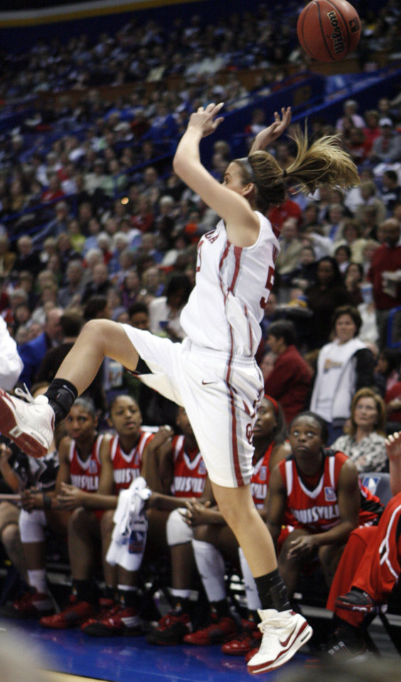 Photo - A cross court pass sails over the head of Jenny Vining in the first half as the University of Oklahoma plays Louisville at the 2009 NCAA women's basketball tournament Final Four in the Scottrade Center in Saint Louis, Missouri on Sunday, April 5, 2009. 