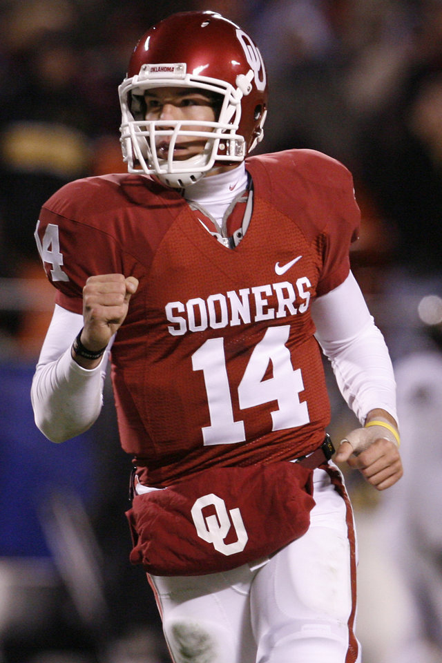 Photo - CELEBRATE / CELEBRATION: Oklahoma's Sam Bradford pumps his fist after a touchdown during the second half of the Big 12 Championship college football game between the University of Oklahoma Sooners (OU) and the University of Missouri Tigers (MU) on Saturday, Dec. 6, 2008, at Arrowhead Stadium in Kansas City, Mo.   PHOTO BY NATE BILLINGS, THE OKLAHOMAN  ORG XMIT: KOD