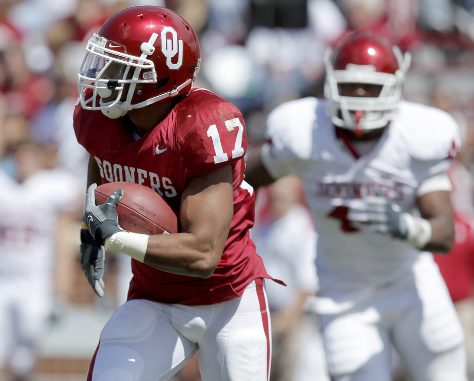 OU's Mossis Madu runs the ball during Oklahoma's Red-White football game at The Gaylord Family - Oklahoma Memorial Stadiumin Norman, Okla., Saturday, April 11, 2009. Photo by Bryan Terry, The Oklahoman