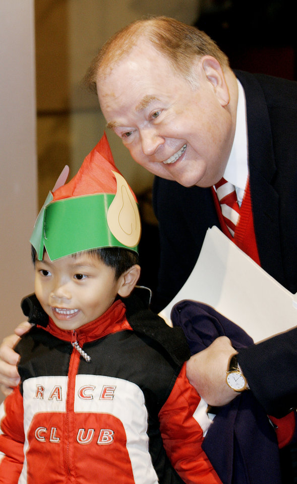 Photo - CHILD / CHILDREN / KIDS: University of Oklahoma president David Boren has his picture made with (elf) Pundit Vorakitolan, 5, at the OU holiday lighting ceremony Wed. Dec. 2, 2009 in Couch Cafeteria. Photo by Jaconna Aguirre, The Oklahoman. ORG XMIT: KOD