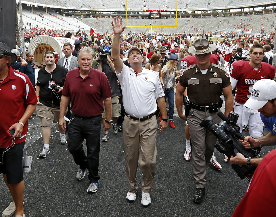 Photo - Oklahoma coach Bob Stoops waves to the crowd after the Red River Rivalry college football game between the University of Oklahoma (OU) and the University of Texas (UT) at the Cotton Bowl in Dallas, Saturday, Oct. 13, 2012. Oklahoma won 63-21. Photo by Bryan Terry, The Oklahoman