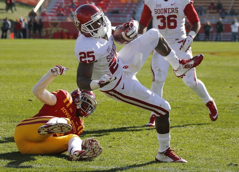 Photo - Oklahoma's David Smith (25) scores  touchdown in front of Iowa State's Brian Mills (25) during a college football game between the University of Oklahoma Sooners (OU) and the Iowa State Cyclones (ISU) at Jack Trice Stadium in Ames, Iowa, Saturday, Nov. 1, 2014. Photo by Bryan Terry, The Oklahoman