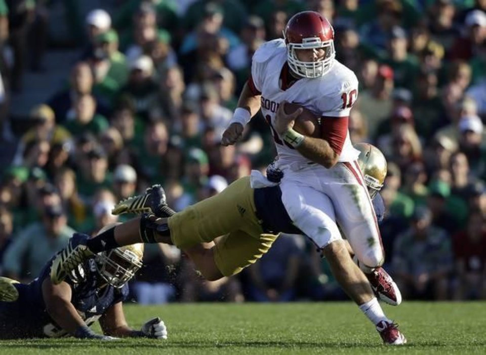 Oklahoma\'s Blake Bell (10) runs out of the tackle of Notre Dame \'s Dan Fox during the second half of an NCAA college football game on Saturday, Sept. 28, 2013, in South Bend, Ind. Oklahoma defeated Notre Dame 35-21. (AP Photo/Darron Cummings)