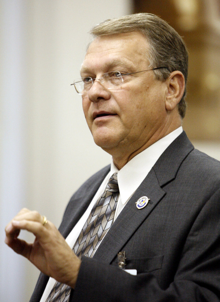 Photo - Yukon Superintendent Bill Denton speaks during the hearing about performance pay for teachers, at the state Capitol in Oklahoma City, Sept. 11, 2007. By Nate Billings, The Oklahoman  NATE BILLINGS