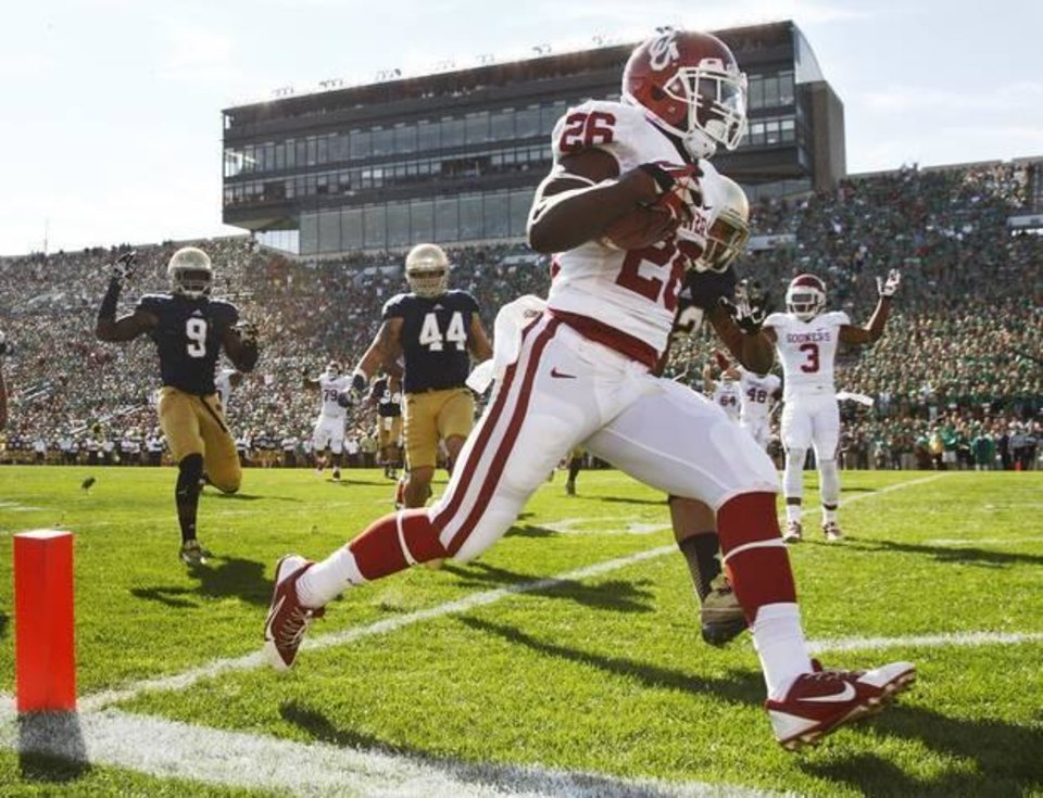 Photo - Oklahoma's Damien Williams (26) rushes for a touchdown in the first quarter during a college football game between the University of Oklahoma Sooners (OU) and the Notre Dame Fighting Irish at Notre Dame Stadium in South Bend, Ind., Saturday, Sept. 28, 2013. Photo by Nate Billings, The Oklahoman