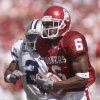 OU: OKLAHOMA VS KANSAS STATE COLLEGE FOOTBALL IN NORMAN, OK SEPTEMBER 29, 2001. Antwone Savage catches a 64 yard touchdown pass in front of KSU\'s Bobby Walker. Staff photo by Doug Hoke.