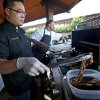FOOD: Chef Kevin Lee of Burger Rush cooks during the