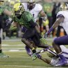 Oregon running back De\'Anthony Thomas (6) breaks through Washington\'s defensive secondary, including Sean Parker (1) and John Timu (10), on his way to a touchdown during the first half of an NCAA college football game in Eugene, Ore., Saturday, Oct. 6, 2012. (AP Photo/Don Ryan)