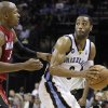Memphis Grizzlies\' Wayne Ellington, right, is guarded by Miami Heat\'s Ray Allen, left, during the second half of an NBA basketball game in Memphis, Tenn., Sunday, Nov. 11, 2012. The Grizzlies won 104-86. (AP Photo/Danny Johnston)