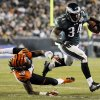 Philadelphia Eagles\' Bryce Brown, right, breaks past Cincinnati Bengals\' Emmanuel Lamur in the first half of an NFL football game, Thursday, Dec. 13, 2012, in Philadelphia. (AP Photo/Michael Perez)