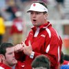 Photo - OU, SPRING FOOTBALL, COLLEGE FOOTBALL: Head coach Bob Stoops talks to the team after the University of Oklahoma Red and White Football game at Gaylord Family -- Oklahoma Memorial Stadium in Norman, Oklahoma on Saturday, April 12, 2008.    BY STEVE SISNEY, THE OKLAHOMAN    ORG XMIT: KOD