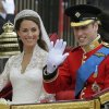 Photo - BRITAIN'S PRINCE WILLIAM AND HIS BRIDE KATE, DUCHESS OF CAMBRIDGE / ROYAL WEDDING: Kate tries out her new royal wave