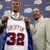The Los Angeles Clippers and NBA No. 1 draft pick Blake Griffin, left, stands next to Clippers head coach and general manager Mike Dunleavy while holding his jersey at a news conference Monday, June 29, 2009, at the Clippers\' training center in Playa Vista, Calif. (AP Photo/Los Angeles Times, Genaro Molina)