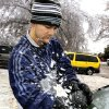 WINTER / COLD / WEATHER / ICE STORM / ICE SCRAPER: Sean Engelbrecht, Oklahoma City, chisels ice off his car in the 2600 block of NW 33 in Oklahoma City Monday, Dec. 10, 2007. By Paul B. Southerland, The Oklahoman ORG XMIT: KOD
