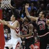 Houston Rockets\' Jeremy Lin (7) goes to the basket, followed by Chicago Bulls\' Richard Hamilton (32) and Joakim Noah (13) in the first half of an NBA basketball game Wednesday, Nov. 21, 2012, in Houston. (AP Photo/Pat Sullivan)
