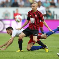 Photo -   Frankfurt's Sebastian Rode, right, and Hamburg's Milan Badelj of Croatia challenge for the ball during the German first division Bundesliga soccer match between Eintracht Frankfurt and Hamburger SV in Frankfurt, Germany, Sunday, Sept. 16, 2012. (AP Photo/MichaelProbst) - NO MOBILE USE UNTIL 2 HOURS AFTER THE MATCH, WEBSITE USERS ARE OBLIGED TO COMPLY WITH DFL-RESTRICTIONS, SEE INSTRUCTIONS FOR DETAILS -