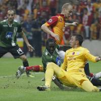Photo -   Braga's Eder, center, Galatasaray's Fernando Muslera, right, and Semih Kaya fight for the ball during their Champions League soccer match in Istanbul, Turkey, Tuesday, Oct. 2, 2012.(AP Photo)
