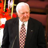 Photo - MEMORIAL: Chuck Fairbanks speaks at the funeral for Jack Mildren at McFarlin United Methodist Church in Norman, Oklahoma on Tuesday, May 27, 2008.   BY STEVE SISNEY, THE OKLAHOMAN    ORG XMIT: KOD