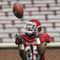 Photo - COLLEGE FOOTBALL: University of Oklahoma (OU) wide receiver Ryan Broyles catches a punt during football scrimmage at Gaylord Family -- Oklahoma Memorial Stadium in Norman,  Oklahoma on Saturday August 11, 2007.  BY STEVE SISNEY, THE OKLAHOMAN ORG XMIT: kod