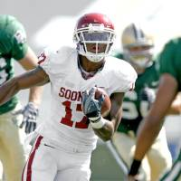Photo - OU's Mossis Madu runs between Baylor defenders in the second of the college football game between Oklahoma (OU) and Baylor University at Floyd Casey Stadium in Waco, Texas, Saturday, October 4, 2008.   BY BRYAN TERRY, THE OKLAHOMAN ORG XMIT: KOD