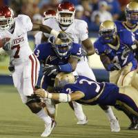 Photo - DeMarco Murray (7) races past the Tulsa coverage team as he takes a kick return for a touchdown during the second half of the college football game between the University of Oklahoma Sooners (OU) and the University of Tulsa Golden Hurricanes (TU) at H.A. Chapman Stadium on Friday, Sept. 21, 2007, in Tulsa, Okla.  By Bryan Terry, The Oklahoman   ORG XMIT: KOD