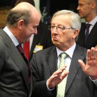 Photo -   Luxembourg's Prime Minister and President of the Eurogroup Jean-Claude Juncker, right, talks with Spanish Finance Minister Luis de Guindos Jurado, during the European Stability Mechanism meeting, in Luxembourg, Monday Oct. 8, 2012. Finance ministers from the nations sharing the euro currency assess the latest developments in the financial crisis. (AP Photo/Yves Logghe)