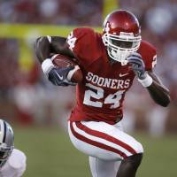 Photo - Dejuan Miller (24) scores on a catch and run during the first half of the college football game between the University of Oklahoma Sooners (OU) and the Kansas State University Wildcats (KSU) at the Gaylord Family -- Oklahoma Memorial Stadium on Saturday, Oct. 31, 2009, in Norman, Okla. Photo by Steve Sisney, The Oklahoman ORG XMIT: KOD
