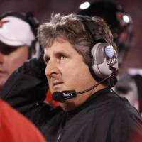 Photo - Texas Tech head coach Mike  Leach looks at the scoreboard in the final seconds of the college football game between the University of Oklahoma Sooners (OU) and Texas Tech University at the Gaylord Family -- Oklahoma Memorial Stadium on Saturday, Nov. 22, 2008, in Norman, Okla. BY STEVE SISNEY, THE OKLAHOMAN