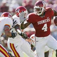 Photo - Oklahoma's Malcolm Kelly (4) takes the ball up field against the Iowa State defense in the first half during the University of Oklahoma Sooners (OU) college football game against the Iowa State University Cyclones (ISU) at the Gaylord Family - Oklahoma Memorial Stadium, on Saturday, Oct. 14, 2006, in Norman, Okla.     by Chris Landsberger, The Oklahoman  ORG XMIT: KOD
