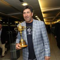 Photo -   Team Europe Ryder Cup captain Jose Maria Olazabal of Spain poses with the trophy after he arrived at London's Heathrow Airport late Monday, Oct. 1, 2012. The European Ryder Cup team beat the Americans in the golf tournament by 14-1/2 to 13-1/2 to retain the trophy Sunday at the Medinah Country Club in Medinah, Illinois, USA. (AP Photo) UNITED KINGDOM OUT NO SALES NO MAGS
