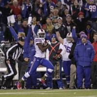 Photo -   Buffalo Bills cornerback Leodis McKelvin (21) runs for a touchdwon on a punt return during the first half of an NFL football game against the Miami Dolphins, Thursday, Nov. 15, 2012, in Orchard Park, N.Y. (AP Photo/Bill Wippert)